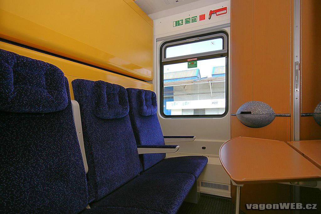 Economy slaapcoupé, bedden ingeklapt naar zitplaatsen. Foto: vagonweb.cz.