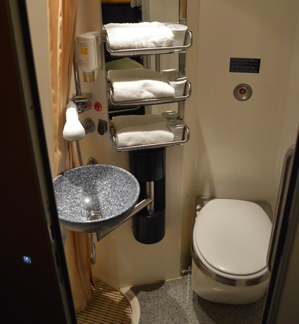 Deluxe slaapcoupé in de nachttrein van de ÖBB, douche en toilet in de coupé. Foto: vagonweb.cz.