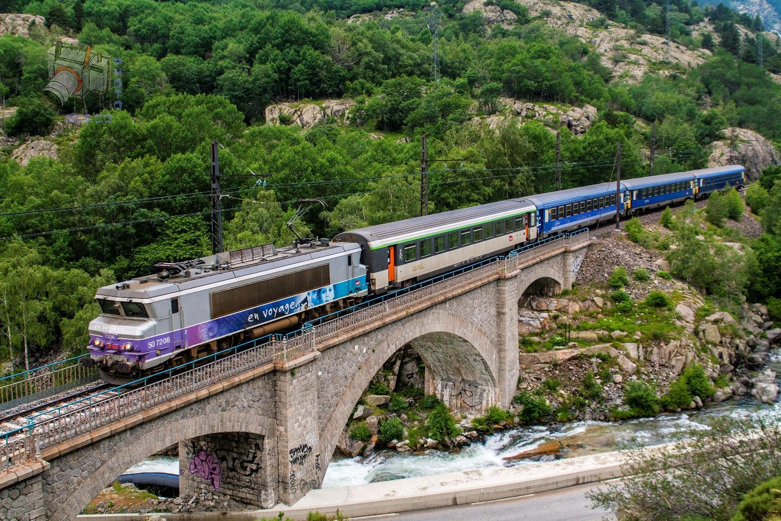 Nachttrein onderweg in de Pyreneeën ©Aleix Cortés
