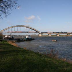 Op 29 maart 2008 rijdt de CNL 318 over de brug over de Lek bij Culemborg