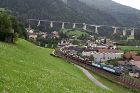 De autoslaaptrein naar Verona onderweg in de Alpen ©Treinreiswinkel
