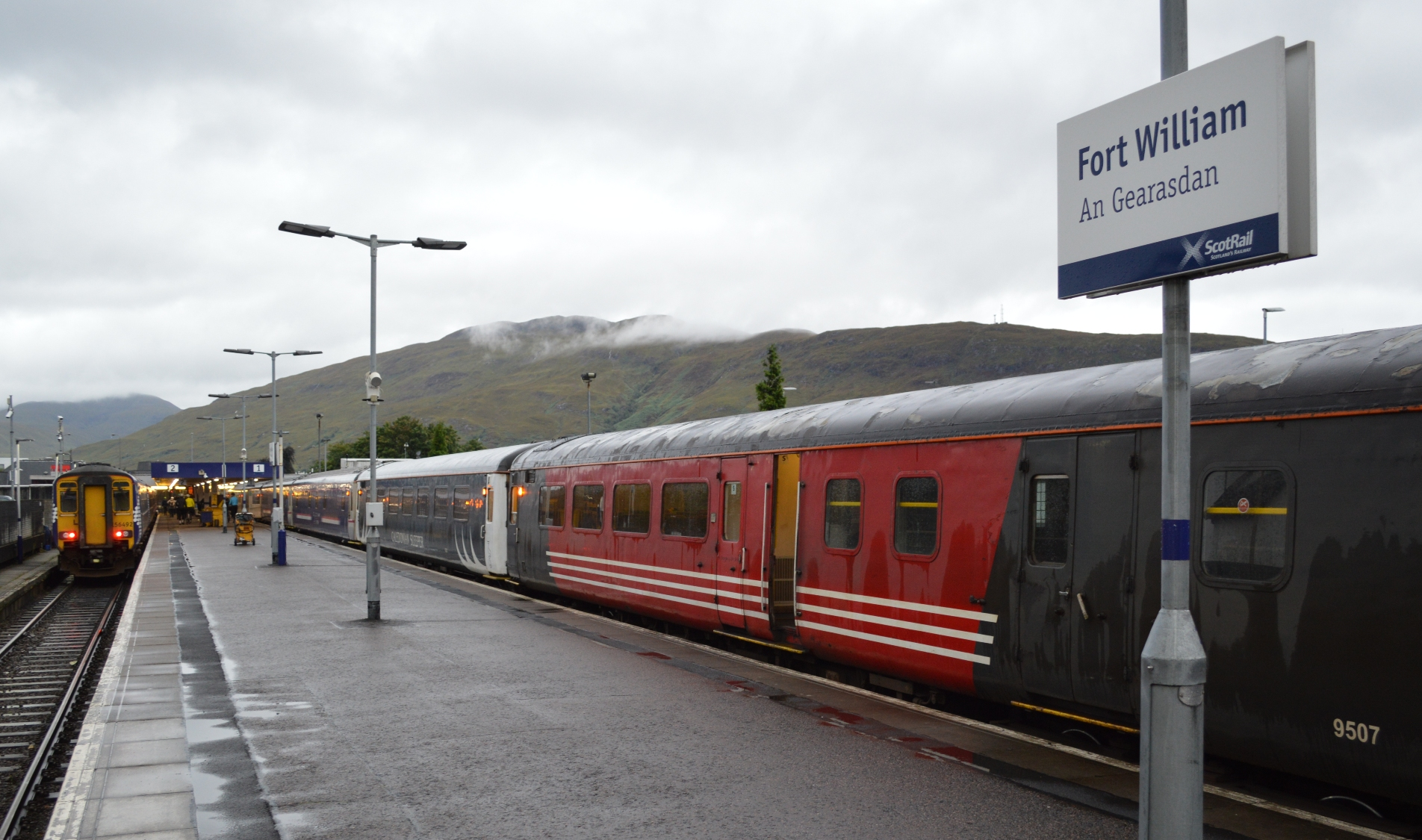 Rode zitrijtuig van de Caledonian Sleeper in Fort William ©Noord West Express