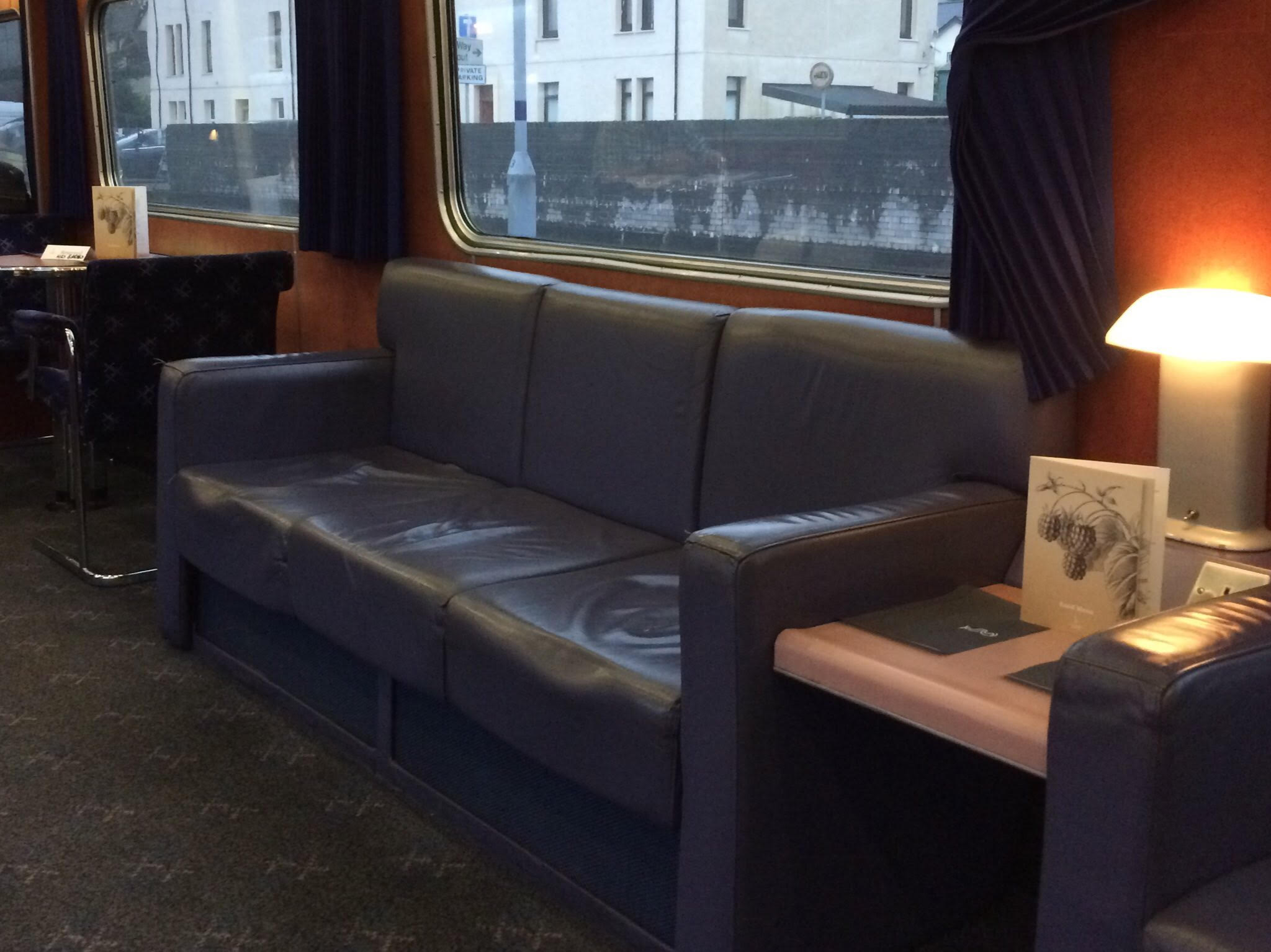 Loungebanken in het restaurant van de Caledonian Sleeper ©Noord West Express