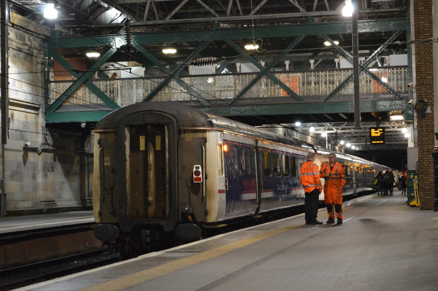 Zitrijtuig van de Caledonian Sleeper achteraan de trein in Edinburgh ©Noord West Express