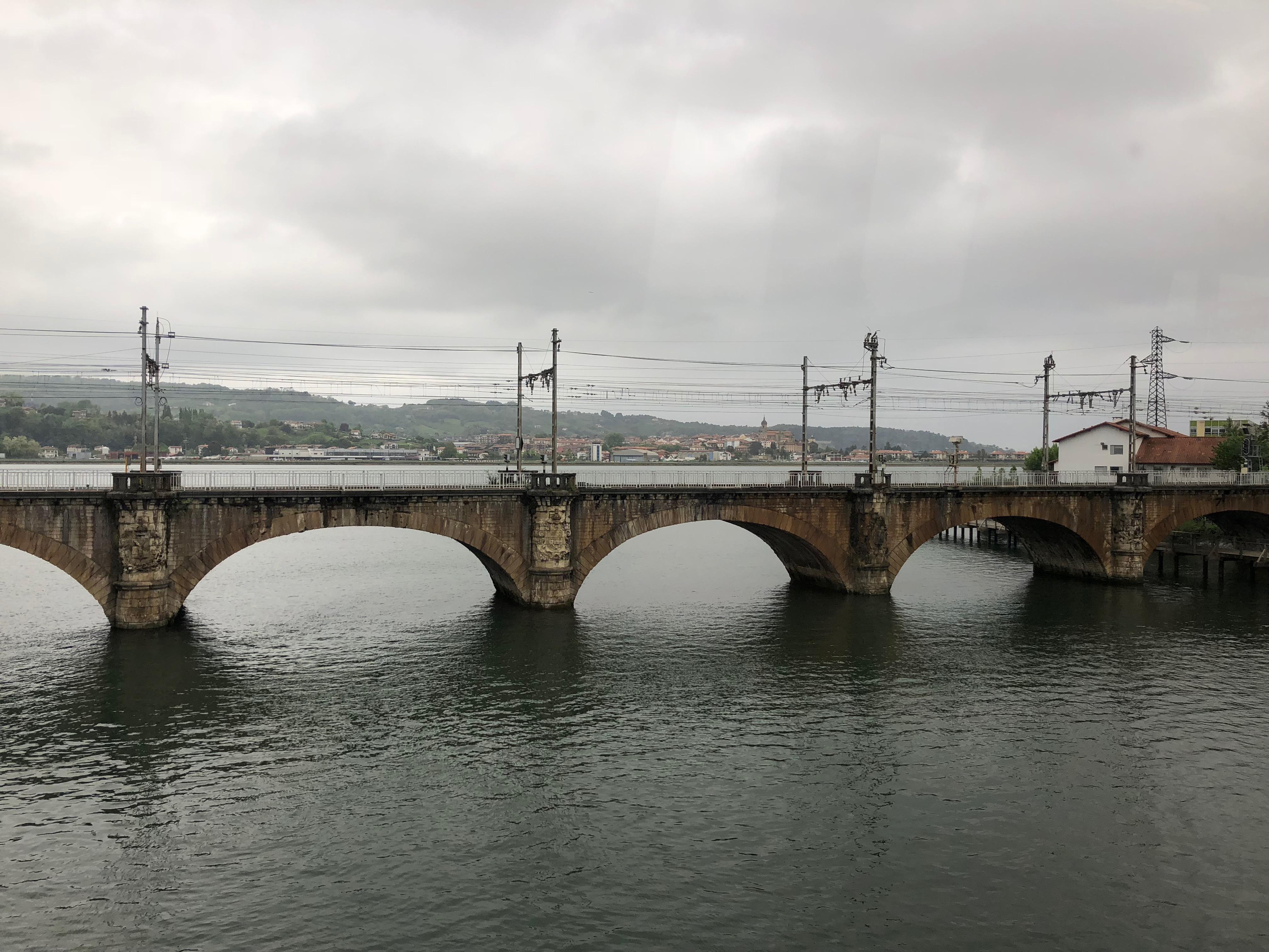 De spoorbrug over de grensrivier tussen Spanje en Frankrijk bij Hendaye ©Noord West Express
