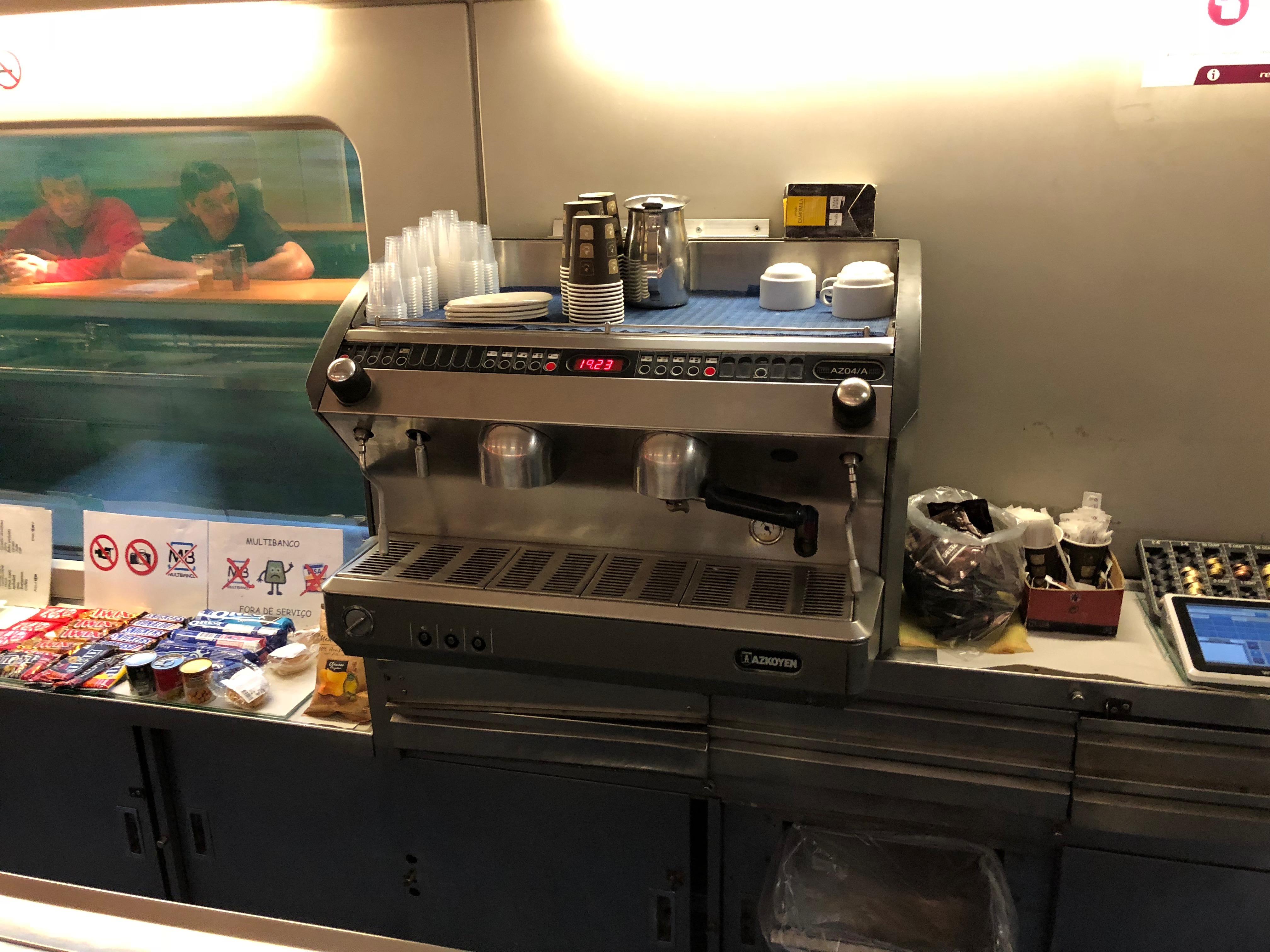 Goeie koffie in het bar-restaurant van de Sud Express ©Noord West Express