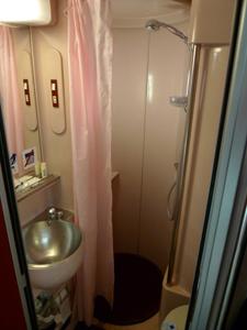 Douche en toilet Gran Clase coupé Sud Express ©Seat61/Mark Smith
